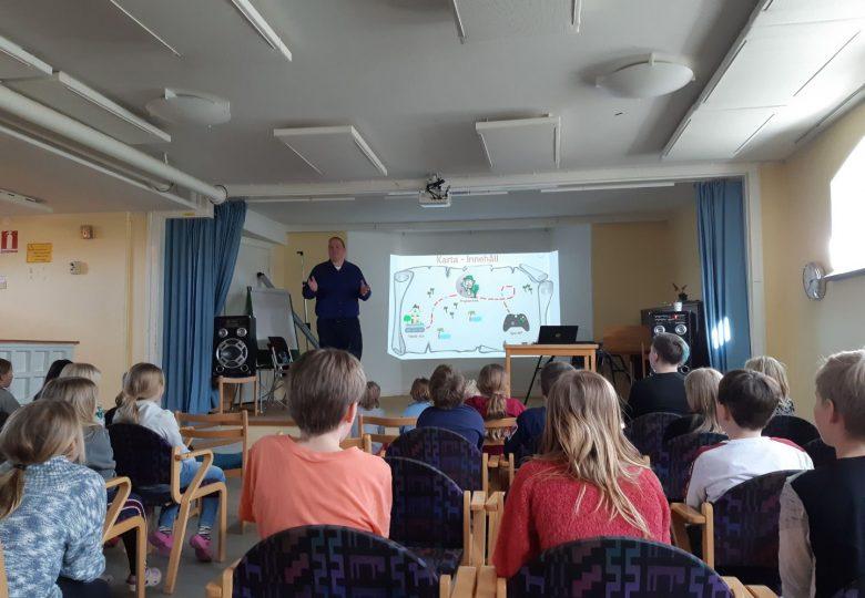 John Ramstedt håller i en workshop om spel och spelutveckling